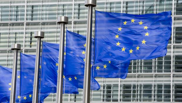 Τα κράτη μέλη σημειώνουν πρόοδο όσον αφορά τις μεταρρυθμίσεις και την αντιμετώπιση των μακροοικονομικών ανισορροπιών, αλλά χρειάζεται να γίνουν περισσότερα για να σταθεροποιηθεί η ανάκαμψη της Ευρώπης. Η Ευρωπαϊκή Επιτροπή διατυπώνει σήμερα τις ειδικές ανά χώρα συστάσεις της (ΑΧΣ) για το 2016, καθορίζοντας τις κατευθύνσεις οικονομικής πολιτικής για κάθε ένα από τα κράτη μέλη για τους επόμενους 12 έως 18 μήνες. Εκτός των δράσεων που έχουν ήδη προσδιοριστεί και υλοποιούνται σε ευρωπαϊκό επίπεδο, αυτές οι κατευθύνσεις εστιάζουν σε μεταρρυθμίσεις προτεραιότητας για την ενίσχυση της ανάκαμψης των οικονομιών των κρατών μελών μέσω της τόνωσης των επενδύσεων, της υλοποίησης διαρθρωτικών μεταρρυθμίσεων και της επιδίωξης δημοσιονομικής υπευθυνότητας. Οι ειδικές ΑΧΣ αντικατοπτρίζουν επίσης τις προσπάθειες της Επιτροπής να καταστήσει το Ευρωπαϊκό Εξάμηνο οικονομικής διακυβέρνησης πιο αποτελεσματικό και ουσιαστικό. Η Επιτροπή διατύπωσε εφέτος λιγότερες συστάσεις εστιάζοντας σε βασικές οικονομικές και κοινωνικές προτεραιότητες που καθορίζονται στην ετήσια επισκόπηση της ανάπτυξης για το 2016. Για να ενισχύσει την εθνική ανάληψη ευθύνης, αφιέρωσε περισσότερο χρόνο και αναζήτησε περισσότερες ευκαιρίες για συζητήσεις και επαφές με τα κράτη μέλη και τα ενδιαφερόμενα μέρη σε όλα τα επίπεδα. Έδωσε επίσης ιδιαίτερη προσοχή στις προκλήσεις που αντιμετωπίζει η Ευρωζώνη και στην αλληλεξάρτηση μεταξύ των οικονομιών, σύμφωνα με τη συμφωνηθείσα σύσταση για την οικονομική πολιτική της Ευρωζώνης. Ο αντιπρόεδρος Βάλντις Ντομπρόβσκις, αρμόδιος για το Ευρώ και τον Κοινωνικό Διάλογο, δήλωσε: «Η σημερινή δέσμη οικονομικών μέτρων εστιάζει κυρίως στις διαρθρωτικές μεταρρυθμίσεις που χρειάζονται για την ενίσχυση της οικονομικής ανάκαμψης της ΕΕ, στη μείωση των εμποδίων για την ανάπτυξη και στην τόνωση της απασχόλησης. Ο εκσυγχρονισμός των αγορών εργασίας, προϊόντων και υπηρεσιών, ώστε να καταστεί ευκολότερη η άσκηση επιχειρηματικής δραστηριότητας, για παράδειγμα, μέσω της μεταρρύθμισης της δημόσιας διο